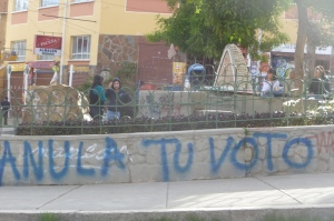 "Graffiti saying ""void your vote"" in La Paz (credit: Dario Kenner)"