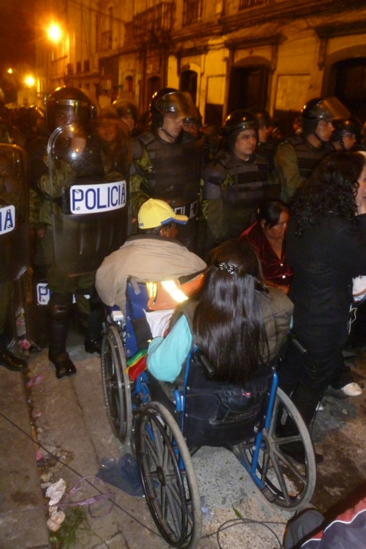 Police block disabled people from entering Plaza Murillo (credit: Dario Kenner)